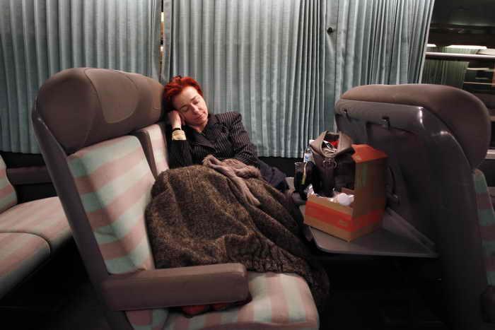 Спящая женщина. Фото: CHARLY TRIBALLEAU/AFP/Getty Images