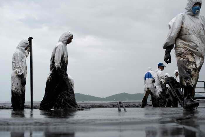 Из-за утечки в трубопроводе на курортном острове Ко Самет загрязнены сотни квадратных метров песчаных пляжей. Фото: NICOLAS ASFOURI/AFP/Getty Images