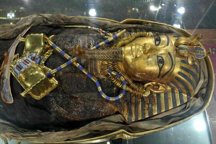 Британские учёные, изучив недавно характер травм на теле египетского фараона Тутанхамона, пришли к выводу, что он погиб в дорожно-транспортном происшествии — попал под колесо колесницы. Фото: LENNART PREISS/AFP/GettyImages