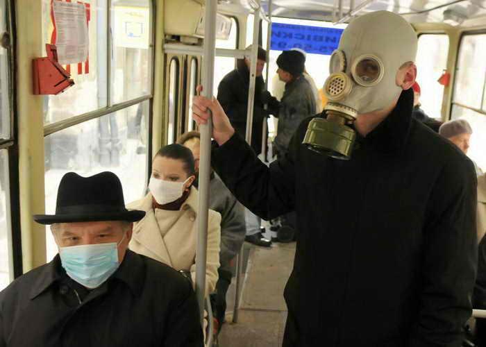 Мужчины заболевают гриппом чаще, чем женщины. Фото: YURIY DYACHYSHYN/AFP/Getty Images