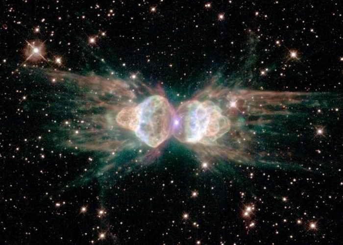 С помощью космического телескопа «Хаббл» был получен снимок астрономического объекта, названного туманность Муравей. Туманность Муравей находится в южном созвездии Наугольник, на расстоянии от 3000 до 6000 световых лет от Земли. Фото: NASA/Space Telescope Science Institute