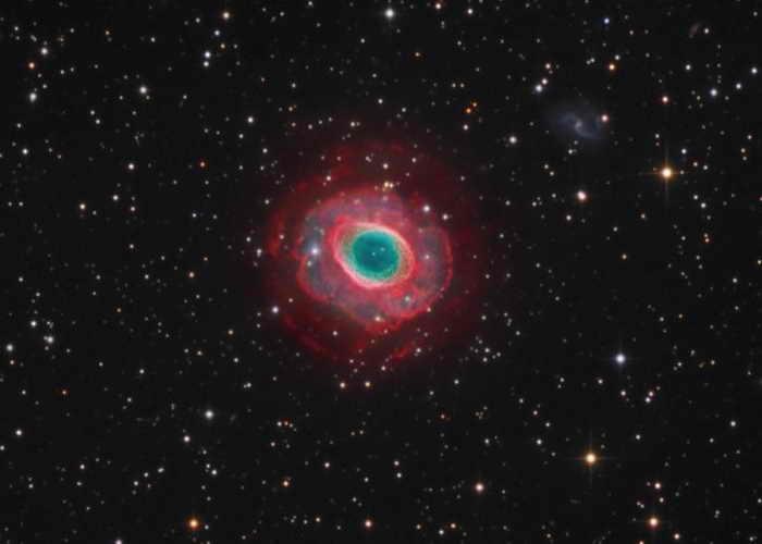 Привычная картина для астрономов, исследующих небесные объекты северного полушария, — туманность Кольцо (M57), которая располагается в созвездии Лиры, на расстоянии примерно 2000 световых лет от Земли. Газовое облако представляет собой внешние слои вещества, выброшенного при гибели звезды, похожей на Солнце. Фото: Astro-Cooperation - Stefan Heutz/Wolfgang Ries