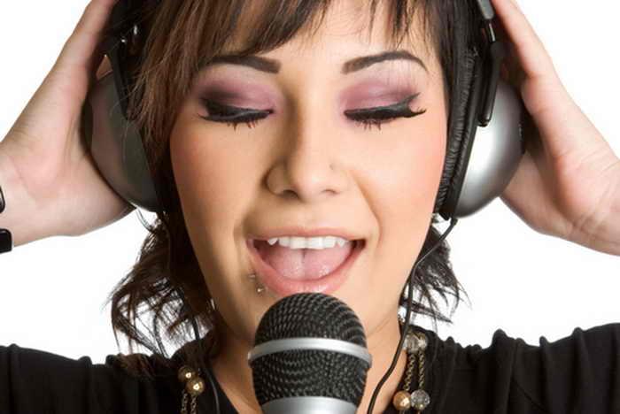 Женщина с микрофоном. Фото: Shutterstock*