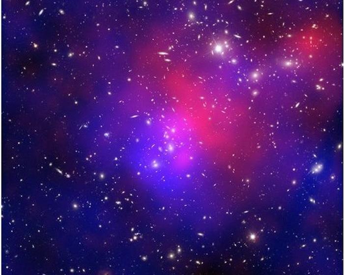 Столкновение между звёздными скоплениями в галактике «Скопление Пандоры». Красный цвет показывает газ с температурой в миллионы градусов. Синий цвет демонстрирует общую массу тёмной материи. Фото: НАСА