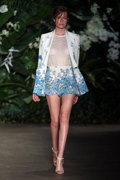 Летние платья от Bec & Bridge на  Mercedes-Benz Fashion Week весна-лето 2012/13 в Австралии. Фоторепортаж. Фото: Matt King/Getty Images