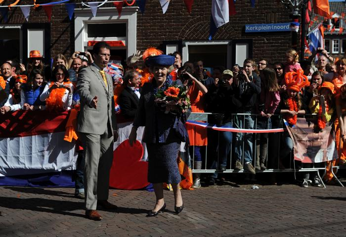 День королевы в Нидерландах. Королева Нидерландов Беатрис (Beatrix) и мэр города Rhenen.  Фоторепортаж. Фото: Jasper Juinen/Getty Images