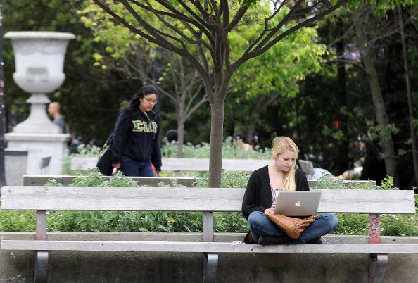 Студентка около Калифорнийского университета в Беркли, штат Калифорния, 23 апреля 2012. Фоторепортаж. Фото:  Justin Sullivan/Getty Images