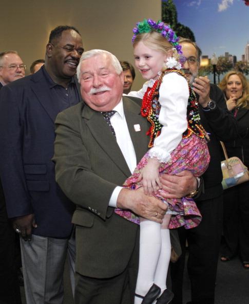Лех Валенса  на  автозаводе Chrysler в Детройте пообщался с детьми из польской танцевальной труппы, пришедших поприветствовать своего соотечественника. Фоторепортаж. Фото: Bill Pugliano/Getty Images