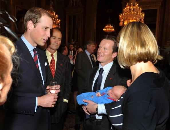 Принц Уильям, герцог Кембриджский, знакомится с малышом Hugo Eric Scott Vicary на приеме по случаю 100-летия антарктической  станции Скотта-Амундсена. Фоторепортаж. Фото: Vic Vicary - WPA Pool/Getty Images