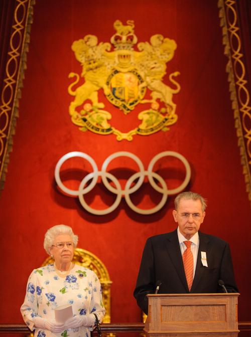 Королева Елизавета II в Букингемском дворце устроила приём для членов Международного олимпийского комитета. Фоторепортаж. Фото: Dominic Lipinski/WPA Pool/Getty Images