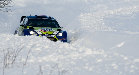 Чемпионат мира по ралли проходит по заснеженным дорогам Швеции. Лидирует Микко Хирвонен. Фоторепортаж. Фото: JONATHAN NACKSTRAND/AFP/Getty Images