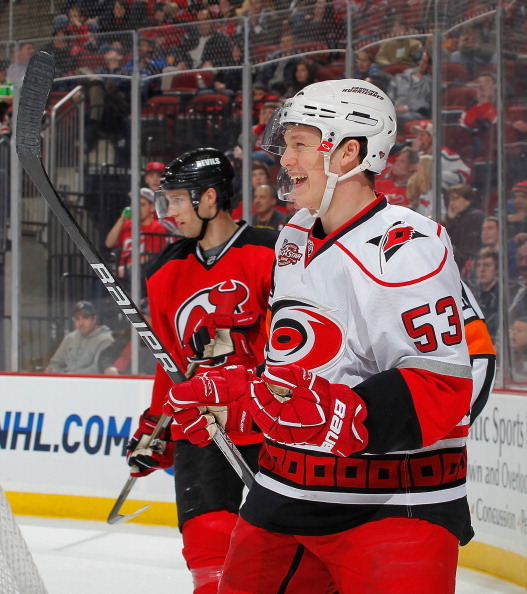 Хоккеисты  «Нью-Джерси Девилс» победили  «Каролину Харрикейнс» со счетом  3:2. Фоторепортаж. Фото: Paul Bereswill/Getty Images