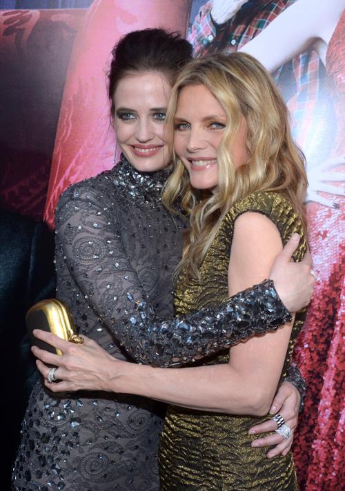 Мишель Пфайффер  (Michelle Pfeiffer) и актриса Ева Грин (Eva Green) на премьере фильма «Мрачные тени» (Dark Shadows) в Голливуде. Фоторепортаж. Фото: Kevin Winter/Getty Images
