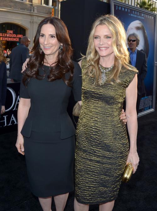 Мишель Пфайффер  (Michelle Pfeiffer) и ювелир  Рона Пфайффер (Rona Pfeiffer) на премьере фильма «Мрачные тени» (Dark Shadows) в Голливуде. Фоторепортаж. Фото: Kevin Winter/Getty Images