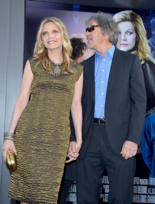 Мишель Пфайффер  (Michelle Pfeiffer) и сценарист Дэвид Э.Келли (David E. Kelley) на премьере фильма «Мрачные тени» (Dark Shadows) в Голливуде. Фоторепортаж. Фото: Kevin Winter/Getty Images