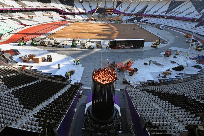 Фоторепортаж  о перемещении Олимпийского огня из центра стадиона в нишу. Фото: Jeff J Mitchell/Getty Images