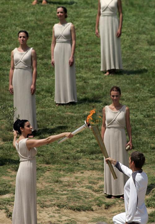 Фоторепортаж из Олимпии о зажжении огня для Олимпиады «Лондон-2012». Ино Менегаки (Ino Menegak). Фото:  McDonald/Getty Images