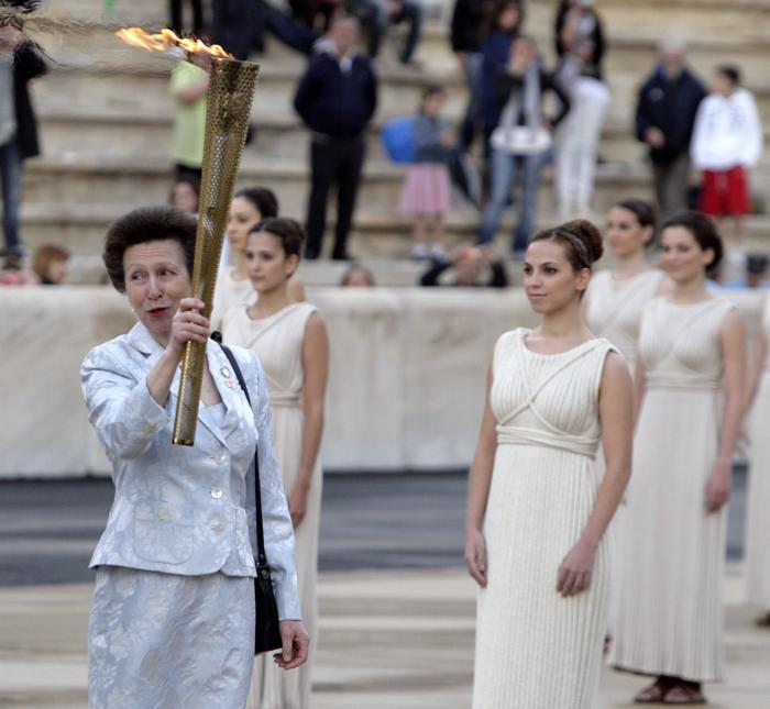 Церемония передачи Олимпийского огня «Лондона-2012» на стадионе «Панатинаикос» в Афинах, Греция. Принцесса Анна. Фоторепортаж. Фото: Milos Bicanski/Getty Images