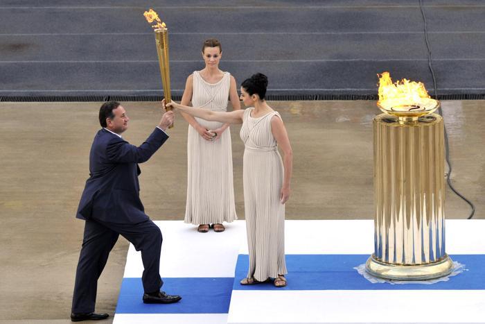 Церемония передачи Олимпийского огня «Лондона-2012» на стадионе «Панатинаикос» в Афинах, Греция.  Ино Менегаки (Ino Menegak), передаёт Олимпийский факел Спиросу  Капралосу  (Spyros Capralos). Фоторепортаж. Фото: Milos Bicanski/Getty Images