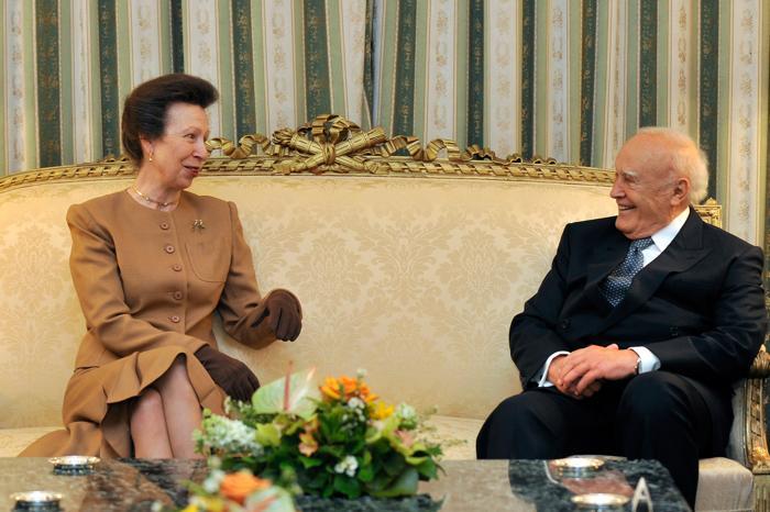 Принцесса Анна  встретилась с президентом Греции Каролосом Папульясом в Президентском дворце перед  передачей Олимпийского огня  «Лондона-2012»  17 мая 2012 года в Афинах, Греция. Фоторепортаж. Фото:  Louisa Gouliamaki-Pool/Getty Images