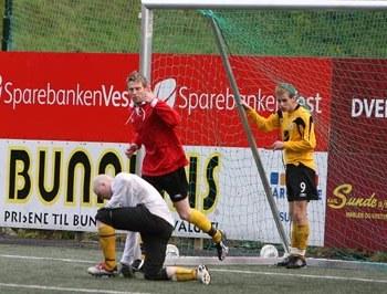 Эдгар Хаавик (L), спортивный судья на соревнованиях. Фото с сайта haugenfotball.no