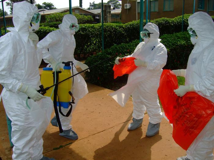 Представители Всемирной организации здравоохранения  в Уганде.  Фото:  ISAAC KASAMANI/AFP/GettyImages