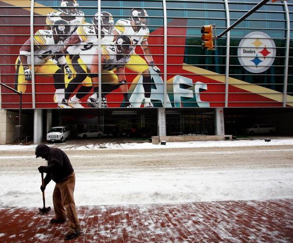 Перед игрой «Супер Боул» XLV снег засыпал стадион в Техасе. Фоторепортаж. Фото: Al Bello/Streeter Lecka/Getty Images