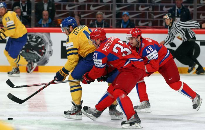 Сборная России по хоккею разгромила команду Швеции со счётом 7:3. Alexander Perezhogin (#37) и Yevgeni Biryuko (#48).  Фоторепортаж с матча. Фото: Martin Rose/Bongarts/Getty Images