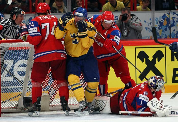 Сборная России по хоккею разгромила команду Швеции со счётом 7:3. Johan Franzen, DMitri Kalinin. Фоторепортаж с матча. Фото: Martin Rose/Bongarts/Getty Images