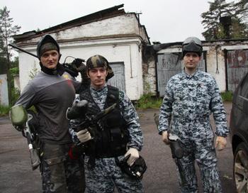 Пейнтбол глазами хомяка. Фото с места событий предоставил Александр ПОНОМАРЕВ (в центре)