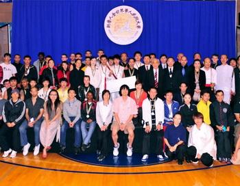 Все призеры собрались на сцене в конце 3-го ежегодного Международного конкурса традиционных боевых искусств. Фото: Дай Бин/Великая Эпоха (The Epoch Times)