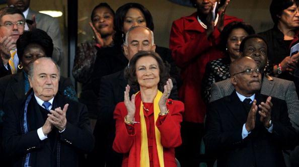 Королева Испании София с президентом ФИФА Йозеф Зепп Блаттер. Фото: Jasper JUINEN/AFP/Getty Images
