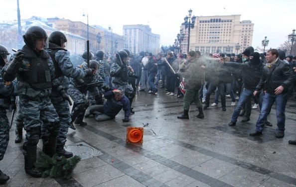 События на Манежной площади в Москве памяти Егора Свиридова закончился дракой. Фоторепортаж. Фото: Alexey SAZONOV/AFP/Getty Images