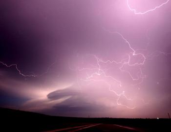 Молнии на фоне облаков, предвещающих  сверхмногоячеечную бурю, которая разразилась через шесть часов. В конце буря пролилась дождем в штате Небраска. Фото с сайта theepochtimes.com