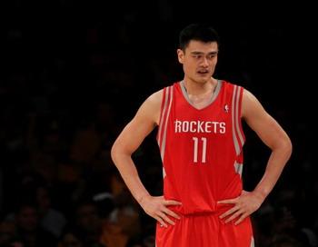 Одиннадцатый номер Хьюстон Рокетс, Яо Минг, в своей первой игре в этом сезоне НБА, против Лос-Анджелес Лейкерс. Фото: JEFF GROSS/Getty Images