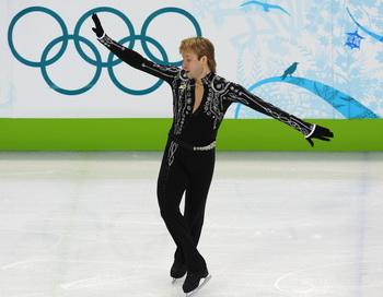 Евгений Плющенко  лидирует после короткой программы в Ванкувере. Фото: Dimitar DILKOFF/AFP/Getty Images