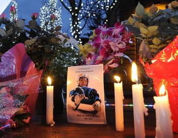 Ванкувер - свечи погибшему саночнику. Фото: Fabrice COFFRINI/AFP/Getty Images