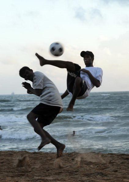 Футбол на пляже в Коломбо Шри-Ланка. Фото: Lakruwad WANNIARACHCHI/AFP/Getty Images