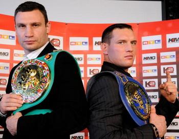 Виталий Кличко и Альберт Сосновскии. Фото: Clemens BILAN/AFP/Getty Images