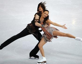Оксана Домнина и Максим Шабалин завоевали золото на чемпионате Европы по фигурному катанию в танцах. Фото: MARK RALSTON/AFP/Getty Images