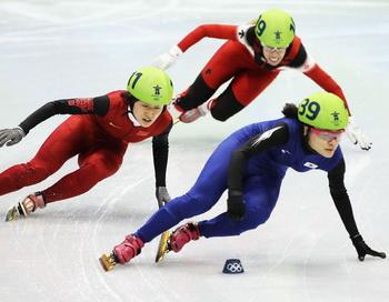 Женская сборная Китая по шорт-треку выиграла золото  с мировым рекордом. Фото: Matthew STOCKMAN/Getty Images