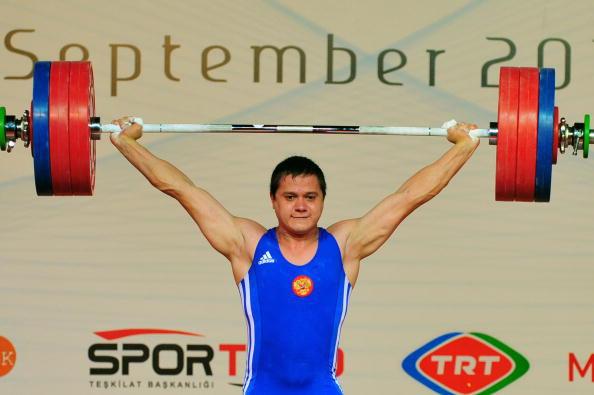 Алексей Юфкин выиграл серебро в двоеборье, подняв за два упражнения 380 кг. Фото: MUSTAFA OZER/AFP/Getty Images