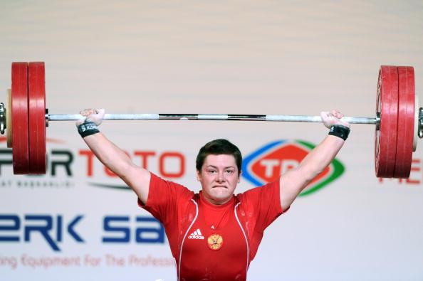 Наталья Заболотная выиграла серебро в двоеборье, набрав в сумме двоеборья 293 кг. Фото: MUSTAFA OZER/AFP/Getty Images