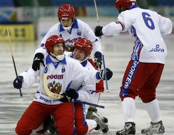 Сборная России по хоккею с мячом разгромила команду Норвегии. Фото: STR/AFP/Getty Images