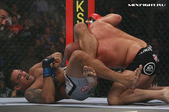 Федор Емельяненко попался на удушающий прием (треугольник). Фото с сайта mixfight.ru