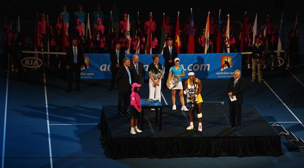 Награждение Серены Уильямс и Жюстин Энен. Фото: Cameron SPENCER/Getty Images