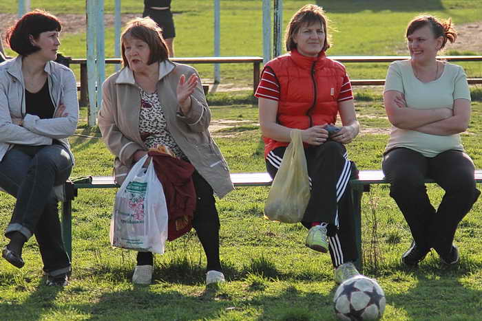 Мамы и бабушки имеют возможность посмотреть тренировки, когда занятия проходят на стадионе. Фото: Сергей Лучезарный/Великая Эпоха (The Epoch Times)