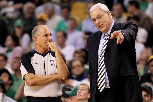 Судья Беннет Сальваторе внимательно слушает Фила Джексона, главного тренера Los Angeles Lakers. Фото: Ronald MARTINEZ/Getty Images