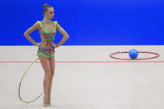 Дарья Сватковская стала первой в упражнении с обручем. Фото: ALEXANDER KLEIN/AFP/Getty Images