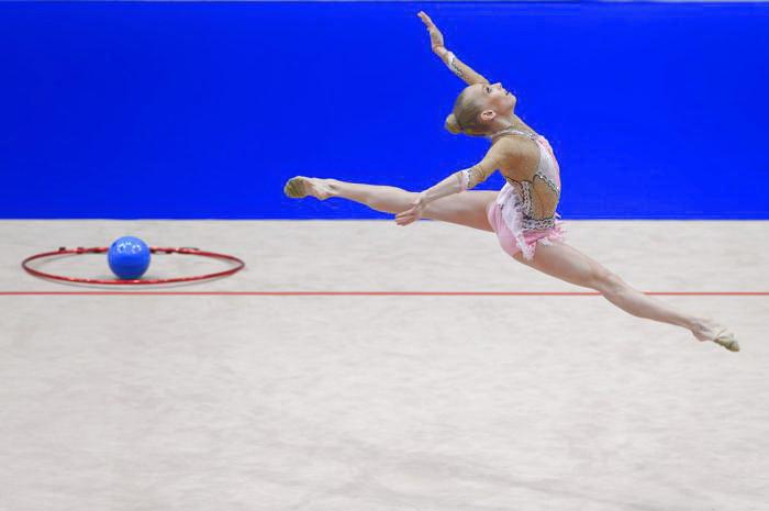 Яна Кудрявцева лучше всех исполнила упражнение с мячом. Фото: ALEXANDER KLEIN/AFP/Getty Images